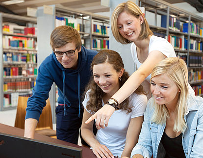 Studenten in der Bibliothek der TH Wildau